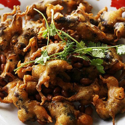 Độc lạ món Dế cơm nhồi đậu phộng chiên bột